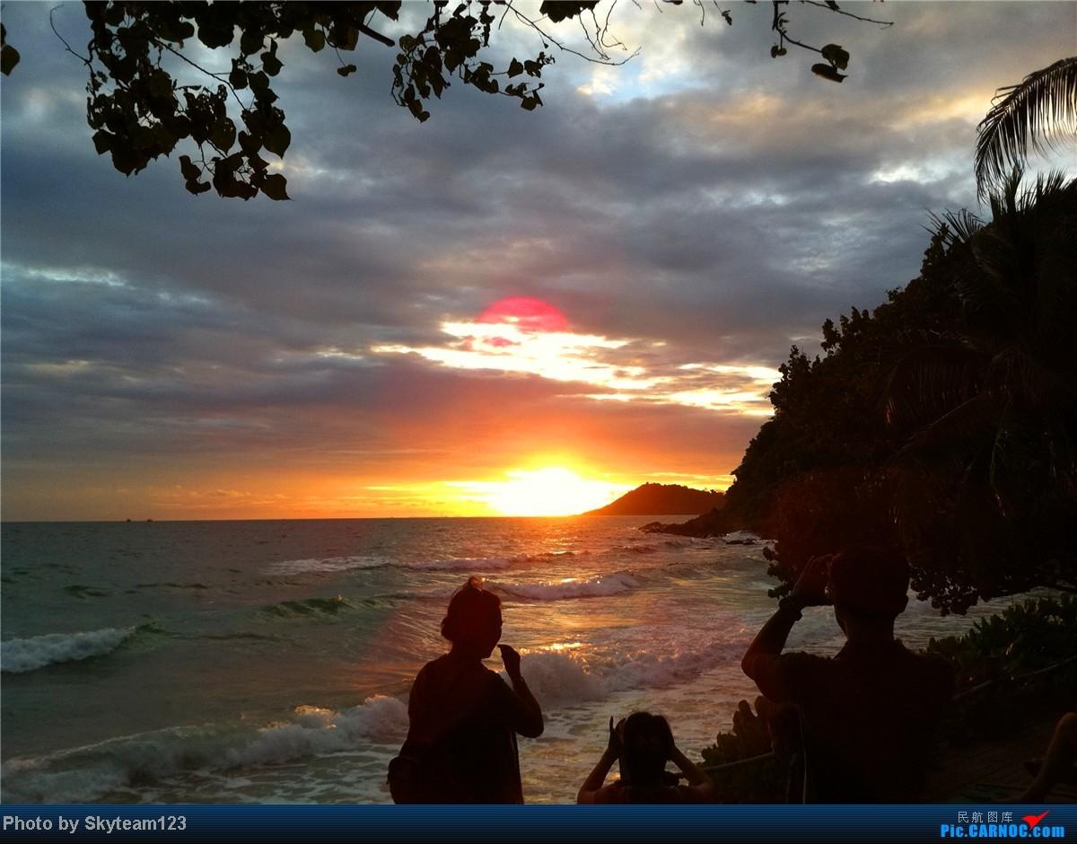 在海鲜大餐的袅袅炊烟中欣赏日落的美丽,坐在海边的秋千享受多娇的