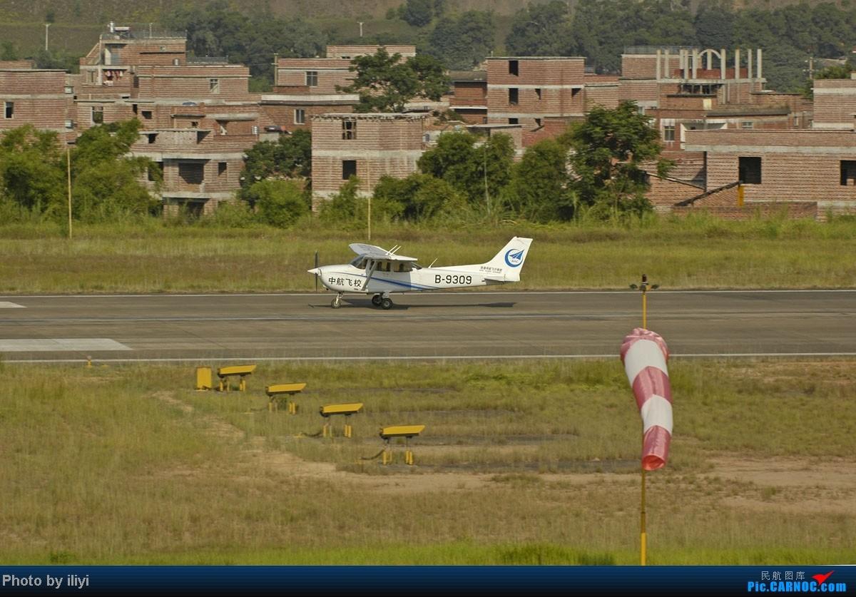 >>[原创]广西梧州长洲岛机场实拍——珠海中航飞校——塞斯纳172本场