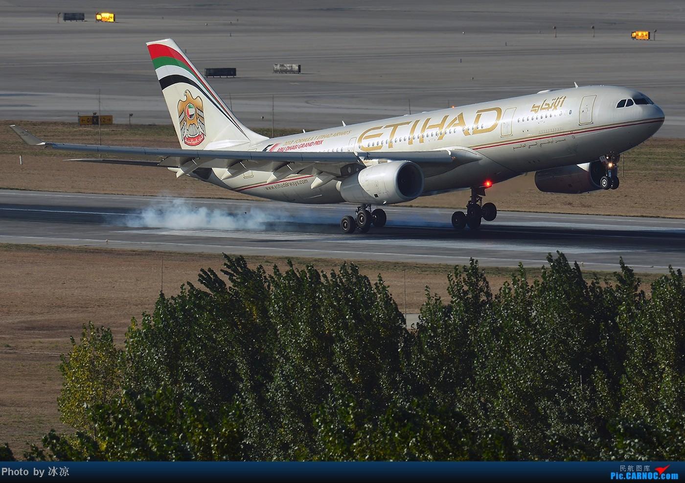 [原创]屌丝拍机:土豪,我们做朋友吧!~红灯闪闪耀人眼,你的金色让人迷    中国北京首都机场