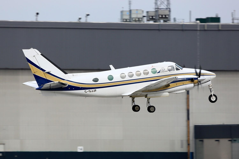 "Re:[原创]【YUL】**********机龄34.6年的古董飞机:B737-200,另Jacques-de-Lesseps观景公园看""公务机展""********** BEECH A100 KING AIR C-GJJF 加拿大蒙特利尔特鲁多机场"