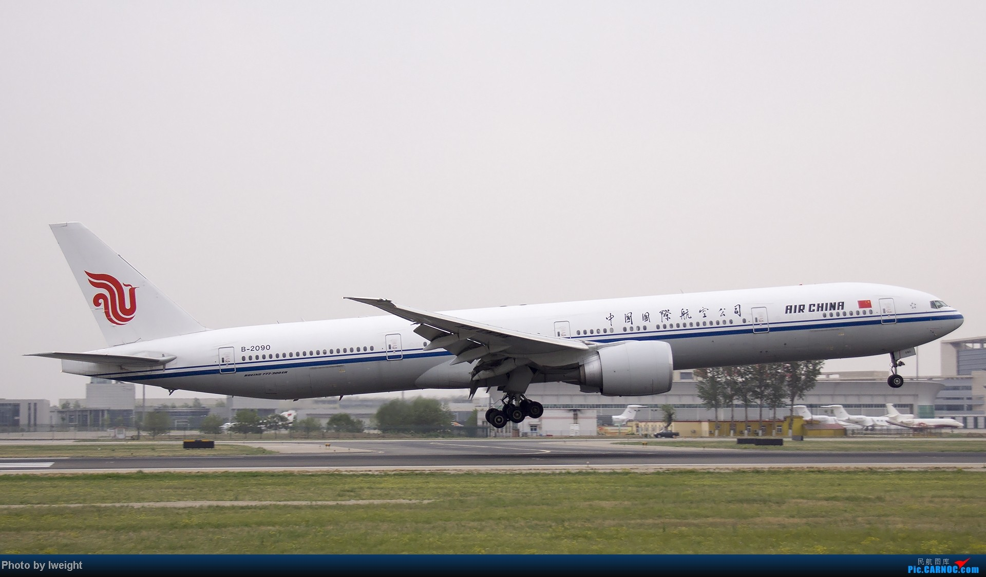 Re:[原创]5月3日首都机场风云变幻的下午 BOEING 777-300 B-2090 中国北京首都机场
