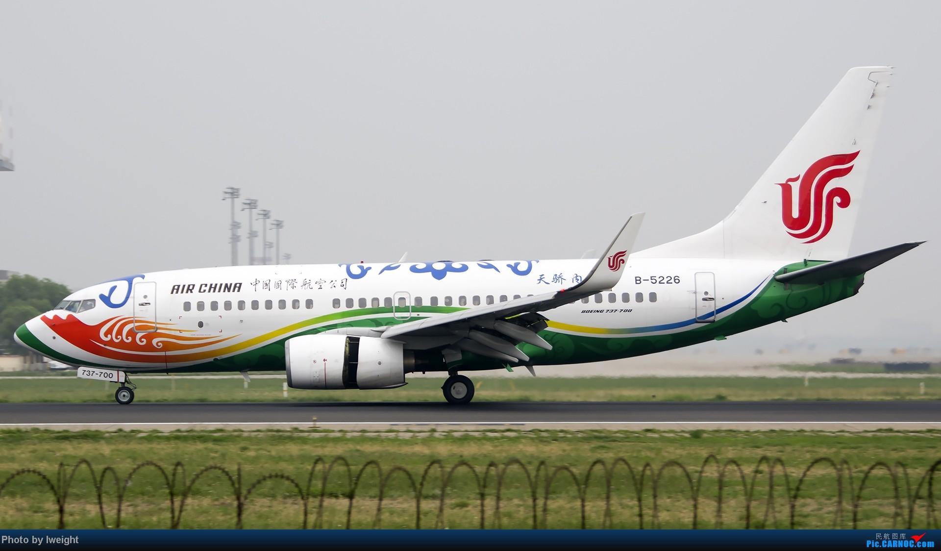 Re:[原创]休假无聊,跑道边来拍机玩(晚点的ZestAir、换装的B6100和刚交付的B2738等) BOEING 737-700 B-5226 中国北京首都机场