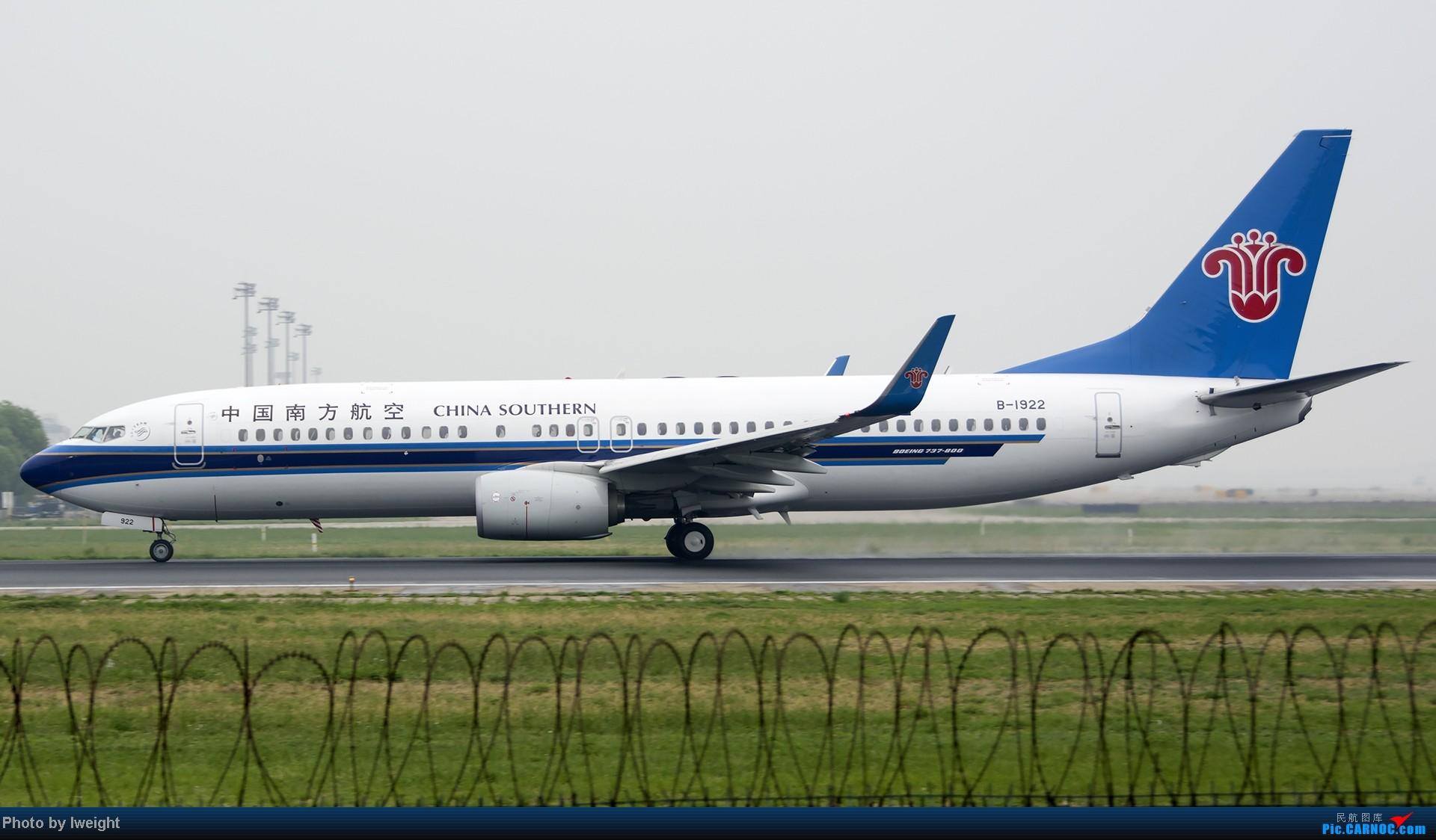 Re:[原创]休假无聊,跑道边来拍机玩(晚点的ZestAir、换装的B6100和刚交付的B2738等) BOEING 737-800 B-1922 中国北京首都机场