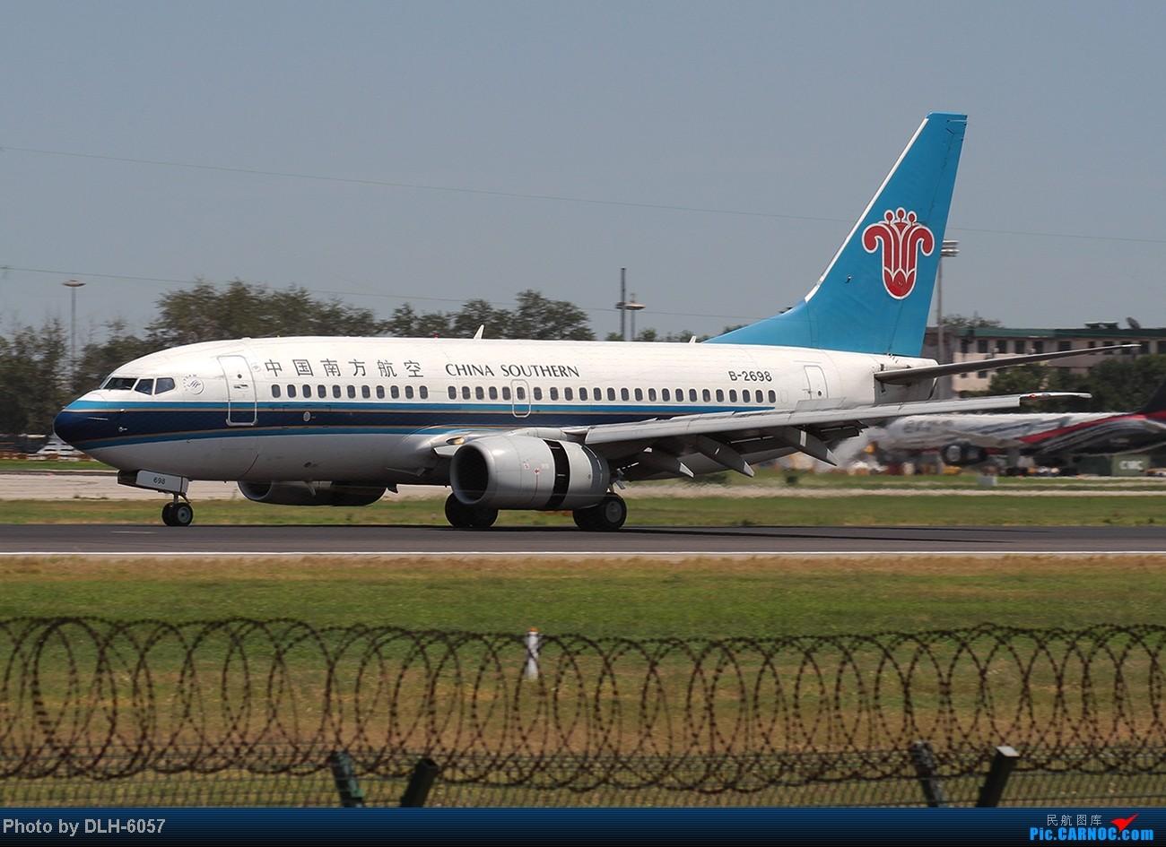 """Re:[原创]烈日炎炎之下 飞友拍机不""""怕""""累T- T BOEING 737-700 B-2698 中国北京首都机场"""