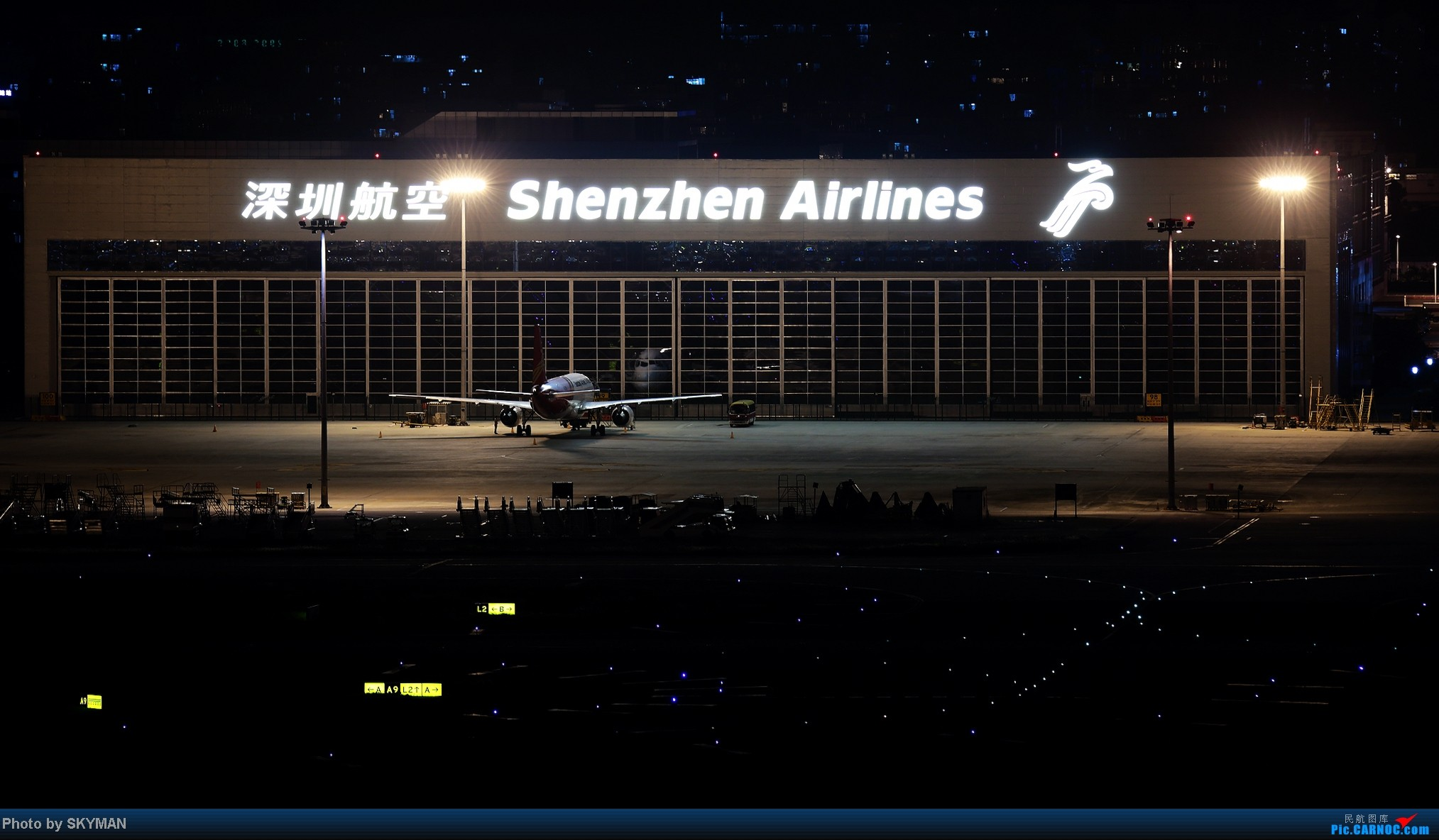 [原创]臭美得不行啊 撅个屁股在那照了一晚上镜子    中国深圳宝安机场