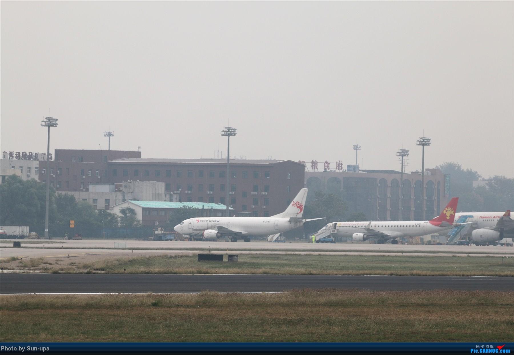 [原创]冷雨天冒着雨拍了一下午 终于等到国航747-8 还有很多好货 BOEING 737-300 B-2584 中国北京首都机场