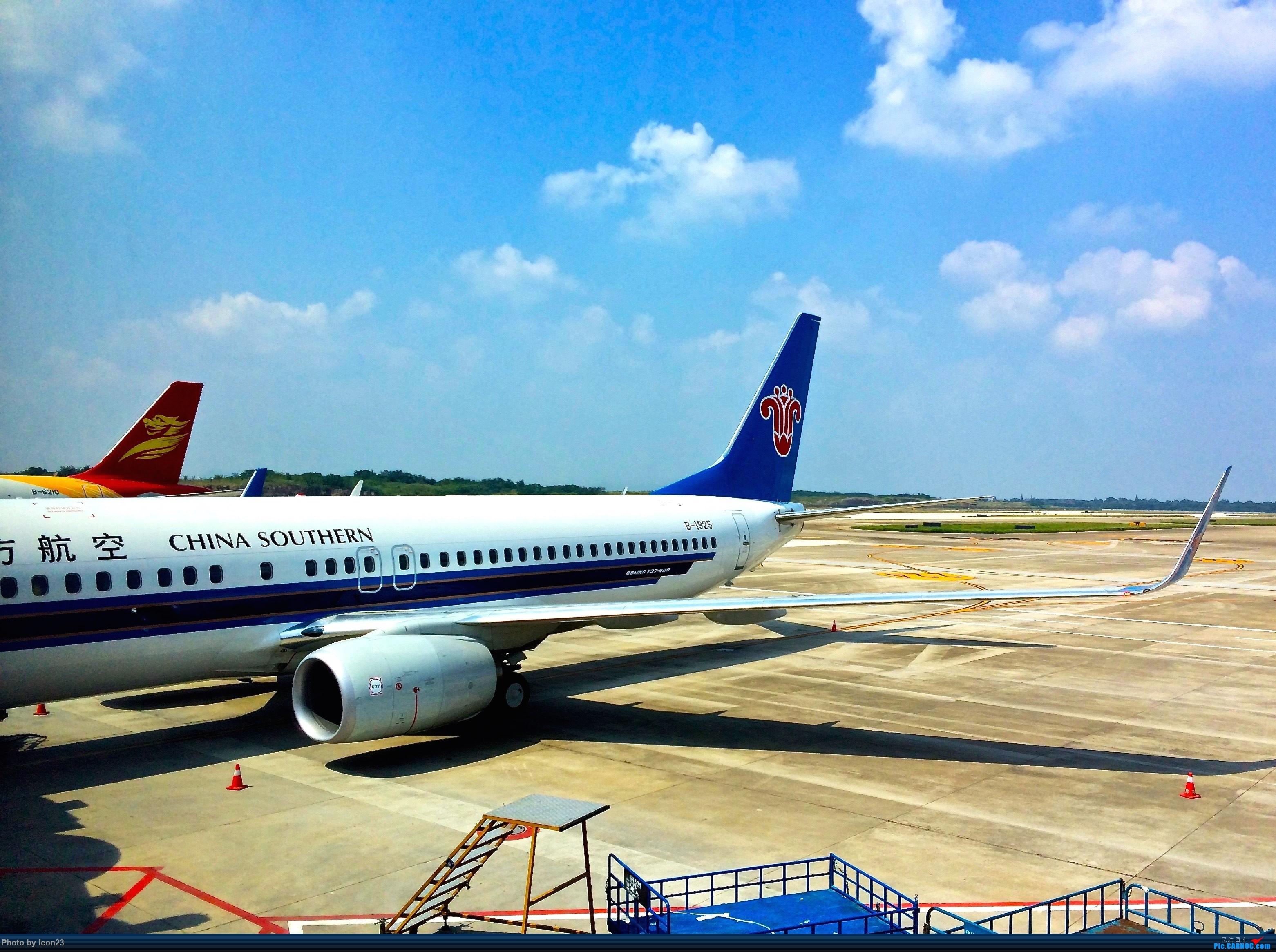 Re:[原创]【BLDDQ--深圳打机队】发小飞机盖楼贴,凡跟帖1字开头大陆民航飞机图的,每图五架小飞机不重复 BOEING 737-800 B-1925 中国南京禄口国际机场