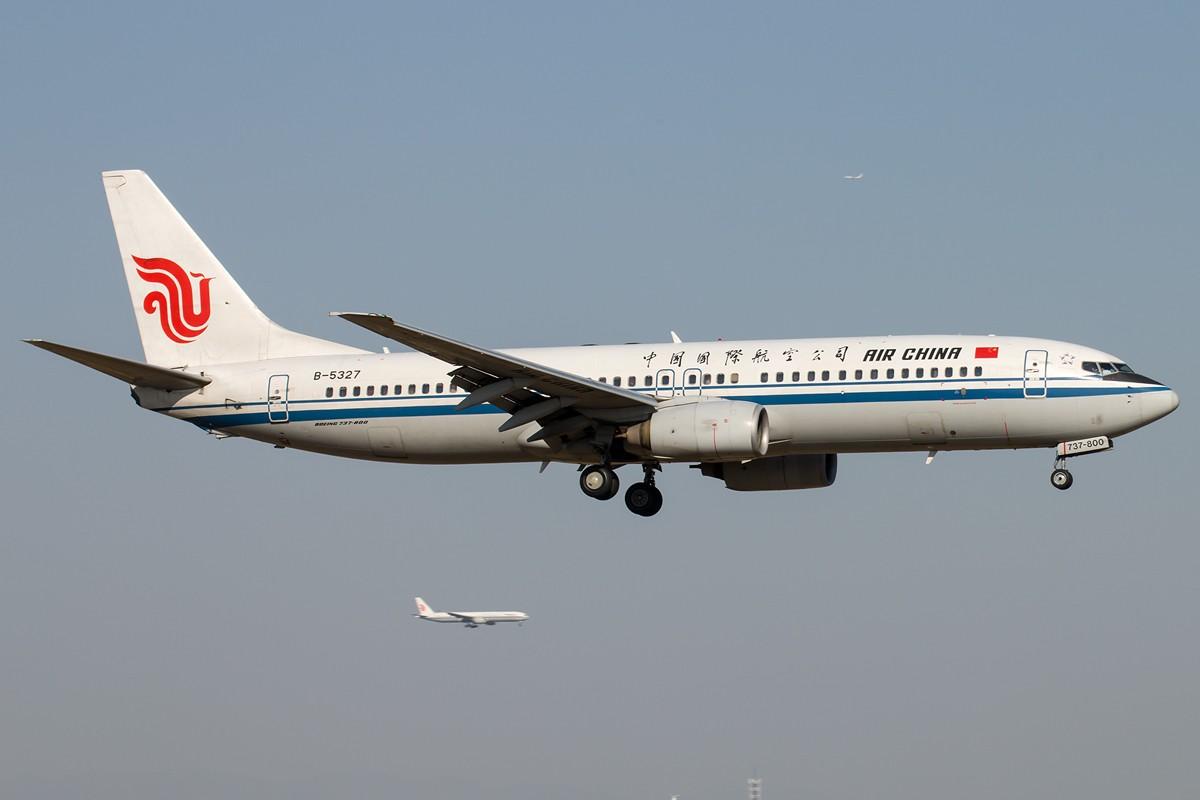 [原创]土堆越来越低了,树却越来越高了,擦烟位没了,就剩下两个树间的空隙可以拍了... BOEING 737-800 B-5327 中国北京首都国际机场