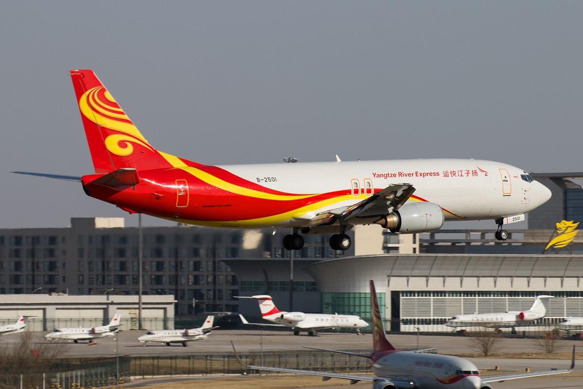 Re:[原创]土堆越来越低了,树却越来越高了,擦烟位没了,就剩下两个树间的空隙可以拍了... BOEING 737-400 B-2501 中国北京首都国际机场