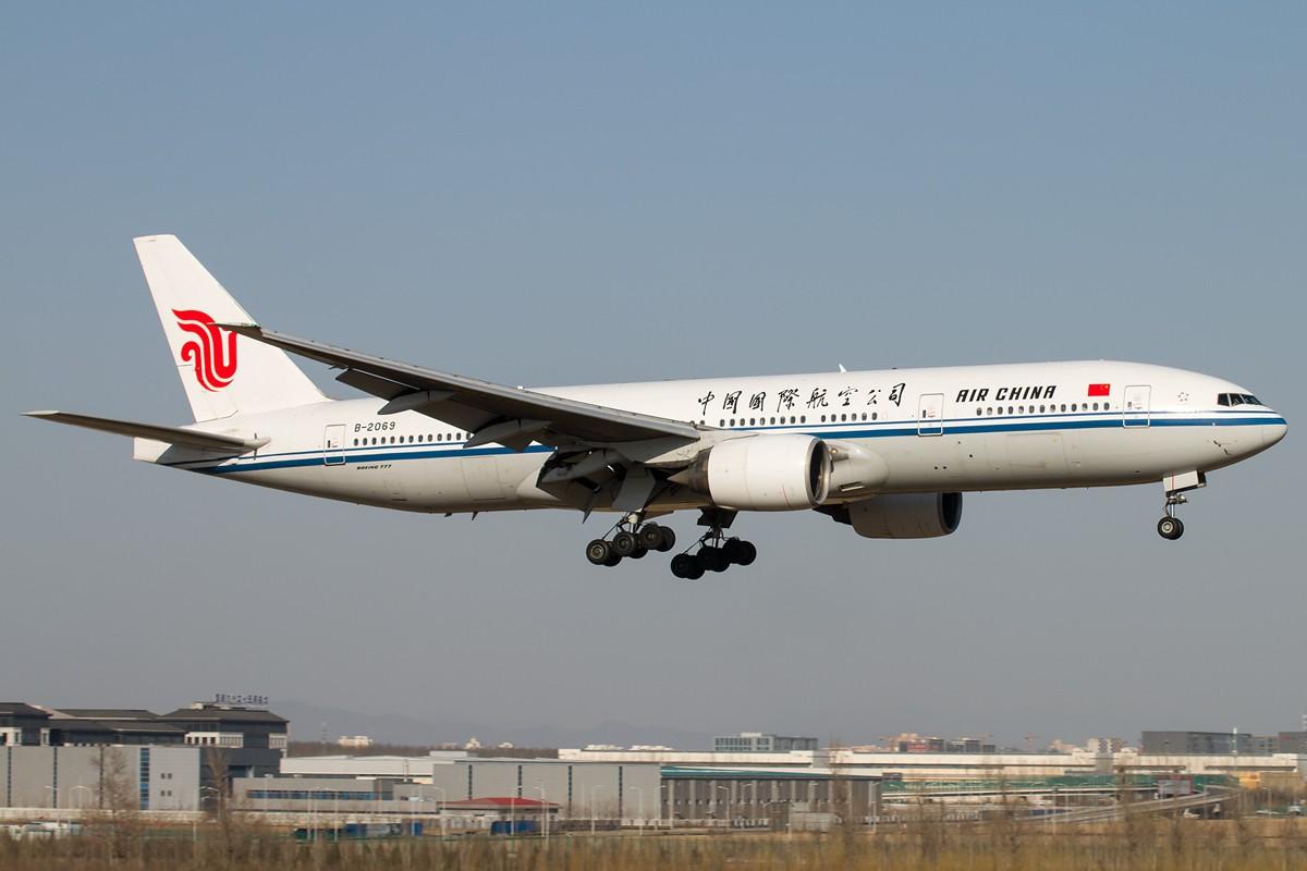 Re:[原创]土堆越来越低了,树却越来越高了,擦烟位没了,就剩下两个树间的空隙可以拍了... BOEING 777-200 B-2069 中国北京首都国际机场