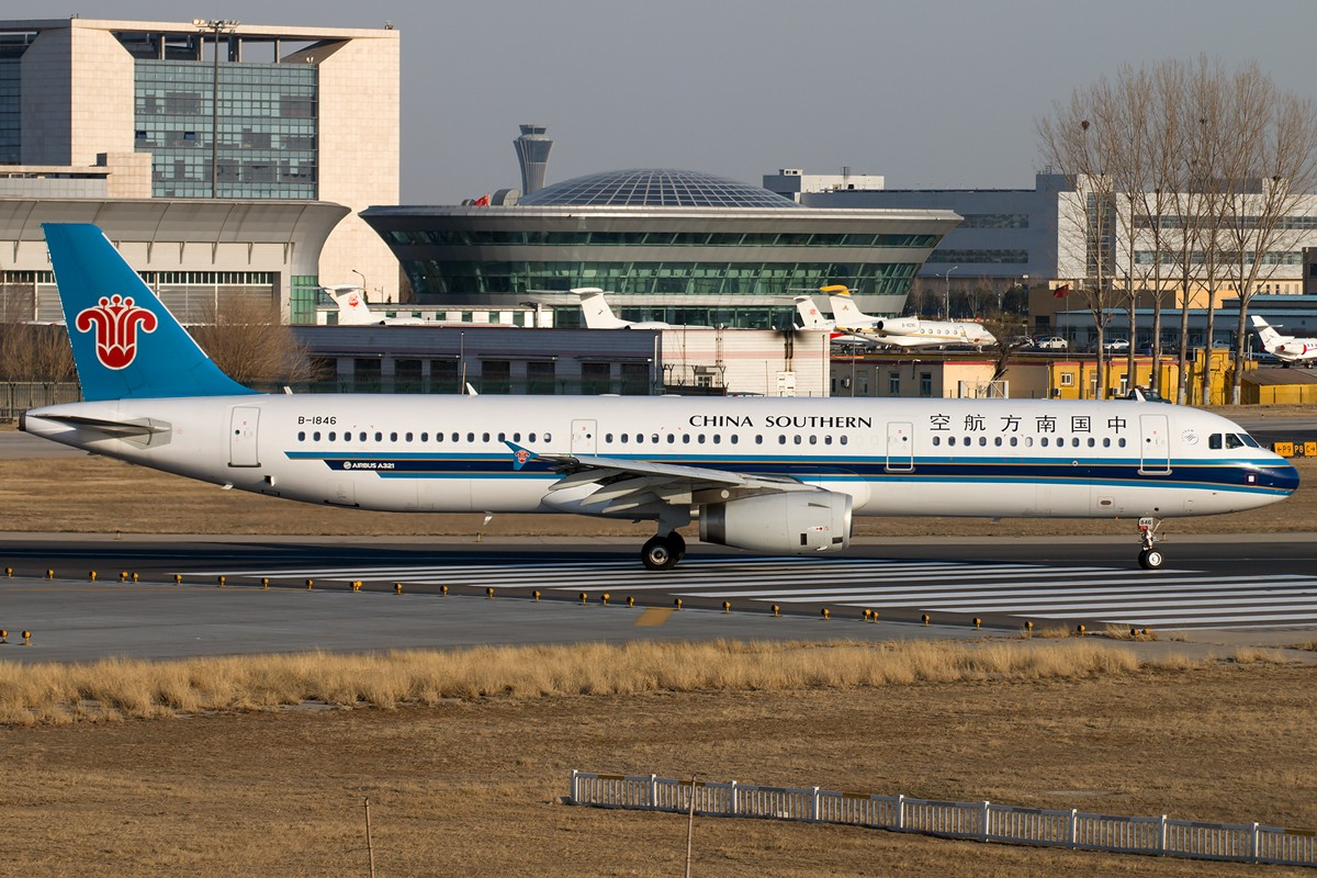 Re:[原创]土堆越来越低了,树却越来越高了,擦烟位没了,就剩下两个树间的空隙可以拍了... AIRBUS A321-200 B-1846 中国北京首都国际机场