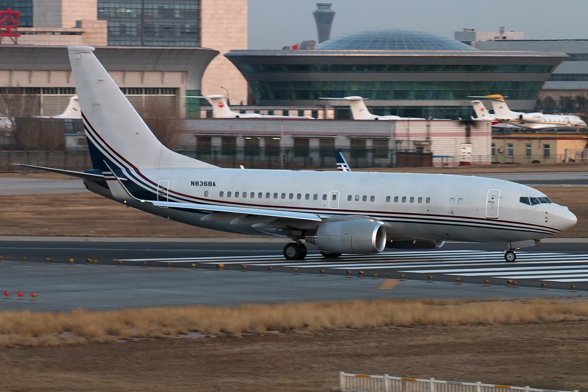 Re:[原创]土堆越来越低了,树却越来越高了,擦烟位没了,就剩下两个树间的空隙可以拍了... BOEING 737-700 BBJ N836BA 中国北京首都国际机场