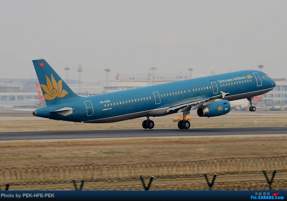 Re:[原创][AutumnKwok]清明拍机,首都机场西跑向南运行。东航新装333,新华网,泰航法航南航77W,海航QQ星,南山湾流等等。 AIRBUS A321-200 VN-A352 pek
