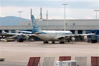 两张稀罕的封存在雅典机场的奥林匹克航空340-300