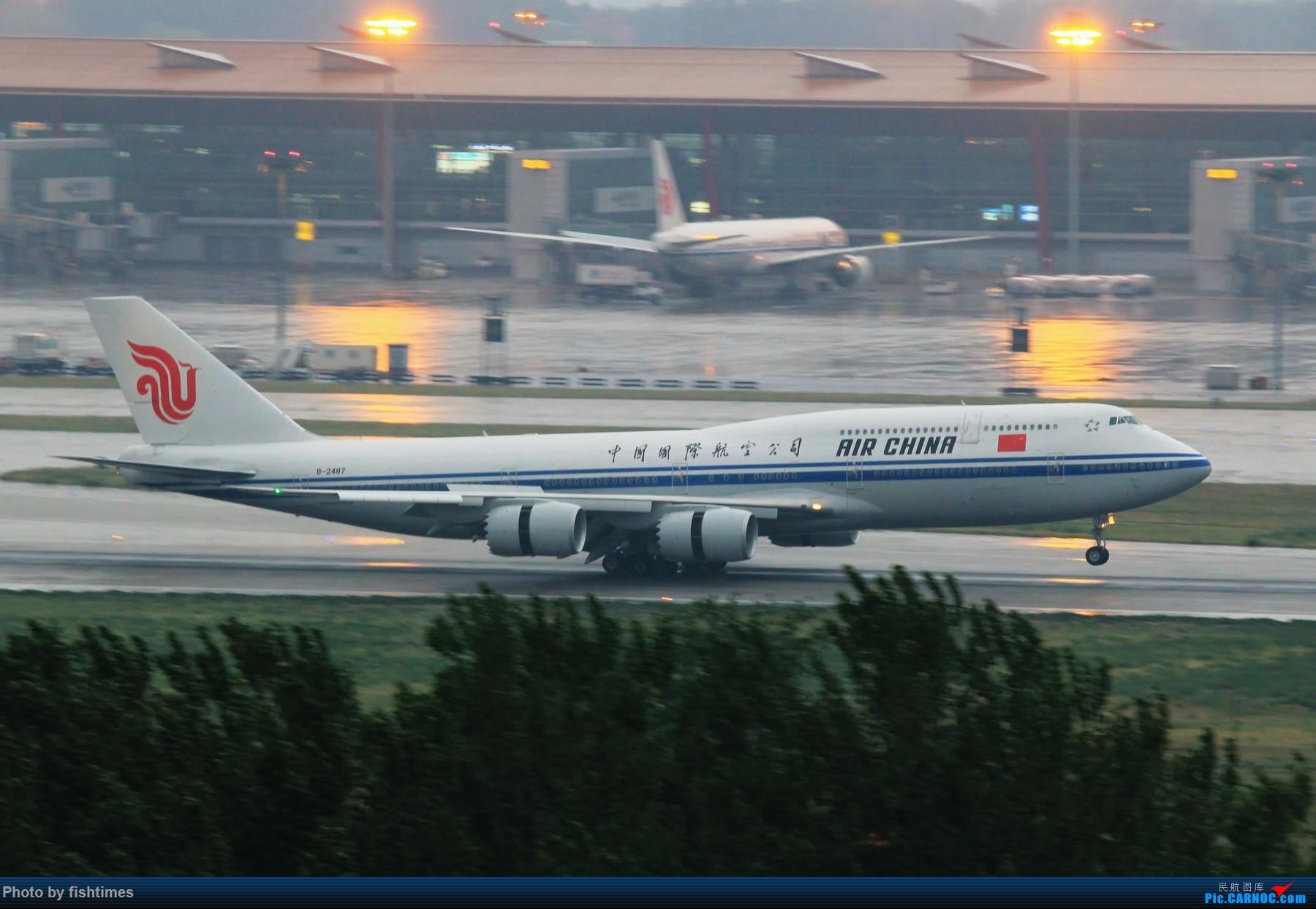 [原创]【PEK】【庆祝五一】20150501_RWY01_雨天大鹅头开反推!1800x1200 BOEING 747-89L B-2487 中国北京首都国际机场