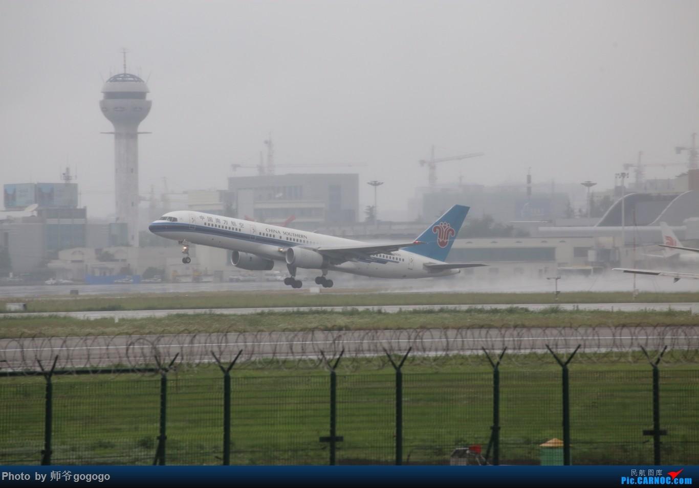 Re:[原创]雨天CKG处子行。 BOEING 757-200 B-2830 重庆江北国际机场