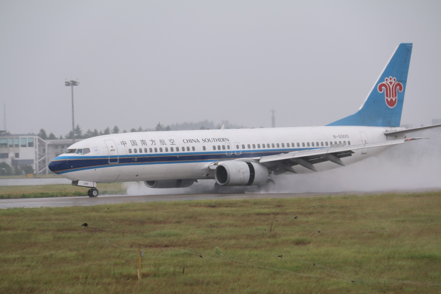Re:[原创]【南昌飞友会】【1800*1200】暴雨大风中的KHN [17pic] BOEING 737-800 B-5300 中国南昌昌北国际机场
