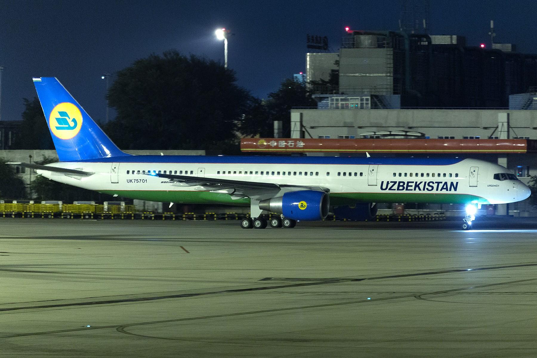 [原创]【1800*1200】夜拍:乌兹别克斯坦757-200 BOEING 757-200 UK-75701 中国北京首都国际机场
