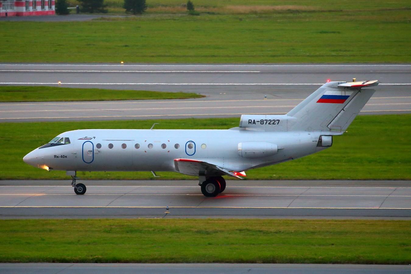 Re:[原创]再来一组俄罗斯的稀罕货(继续小飞机砸一返一,谢谢大家) YAKOVLEV YAK-40 RA-87227 俄罗斯圣彼得堡机场