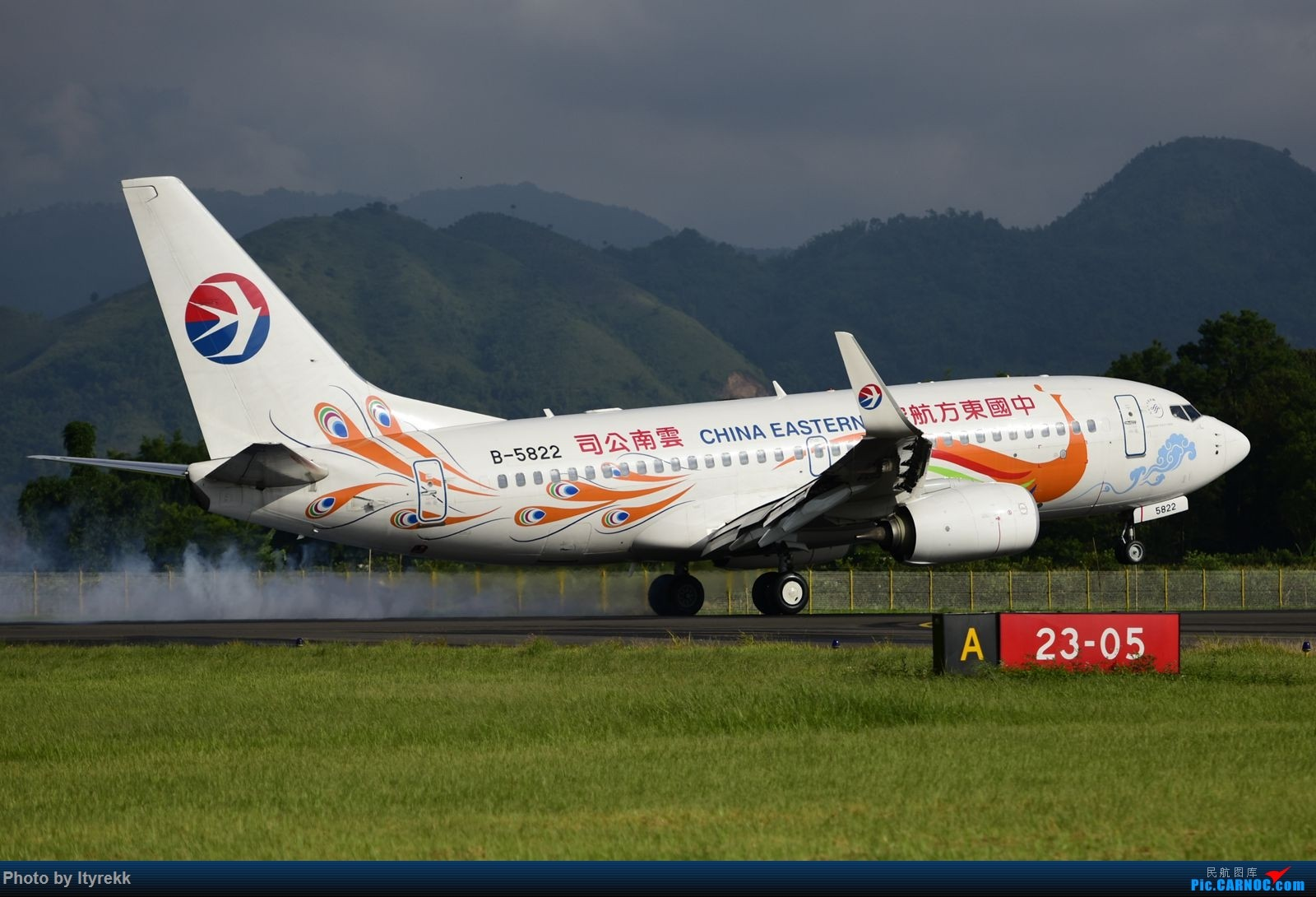 [原创]怀念暑假时飞友们在一起拍机的日子 BOEING 737-700 B-5822 中国芒市机场