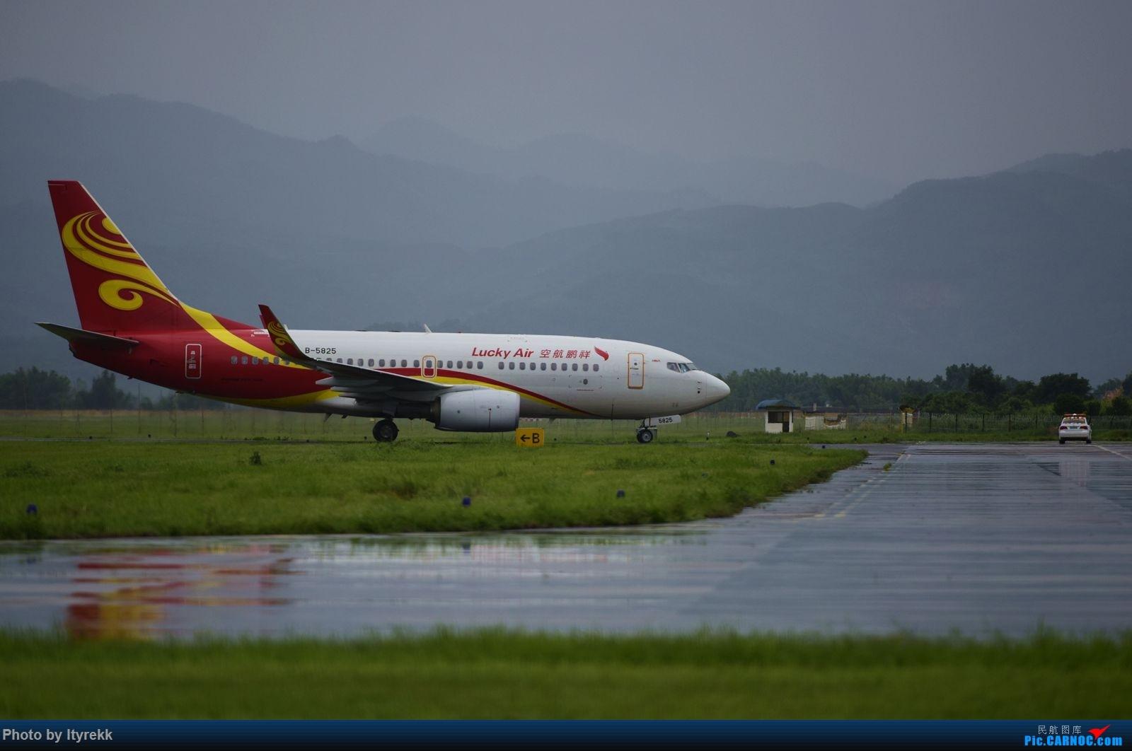 Re:[原创]怀念暑假时飞友们在一起拍机的日子 BOEING 737-700 B-5825 中国芒市机场