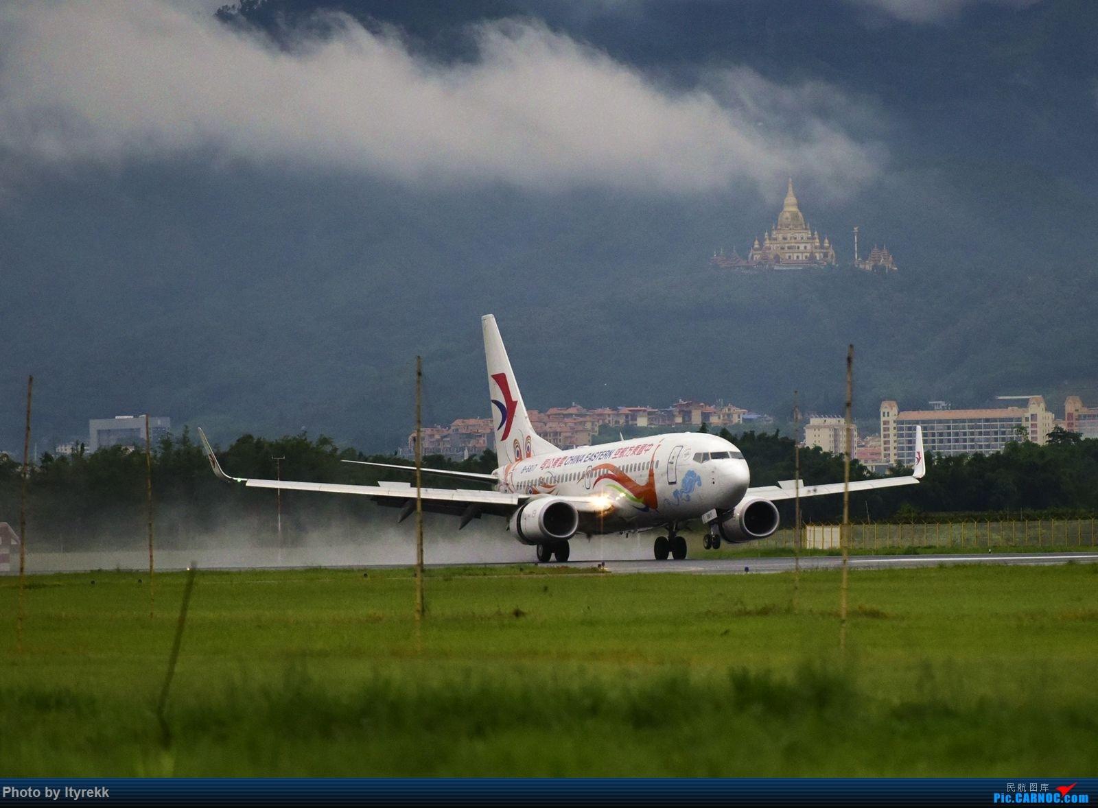 Re:[原创]怀念暑假时飞友们在一起拍机的日子 BOEING 737-700 B-5817 中国芒市机场