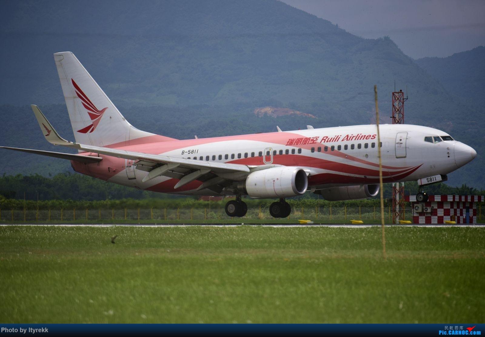 Re:[原创]怀念暑假时飞友们在一起拍机的日子 BOEING 737-700 B-5811 中国芒市机场