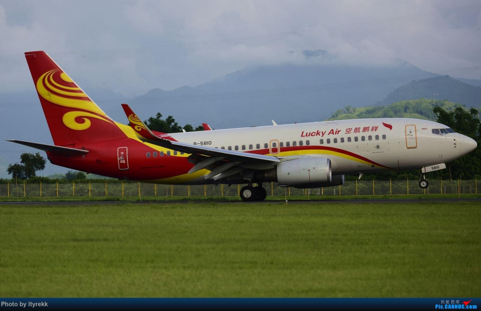 Re:[原创]怀念暑假时飞友们在一起拍机的日子 BOEING 737-700 B-5810 中国芒市机场