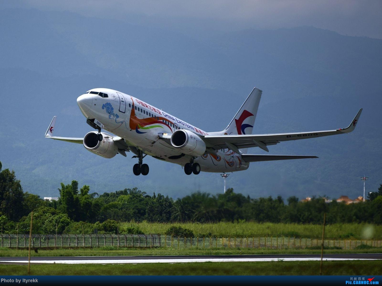Re:[原创]怀念暑假时飞友们在一起拍机的日子 BOEING 737-700 B-5809 中国芒市机场