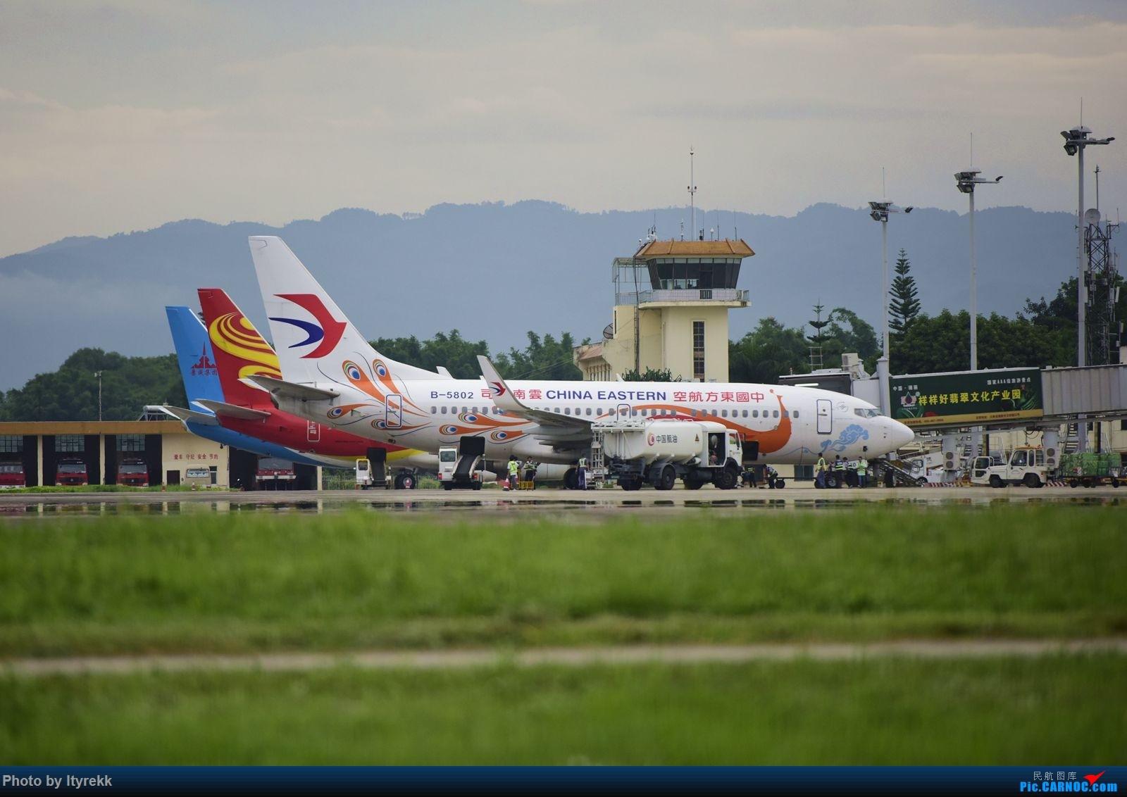 Re:[原创]怀念暑假时飞友们在一起拍机的日子 BOEING 737-700 B-5802 中国芒市机场
