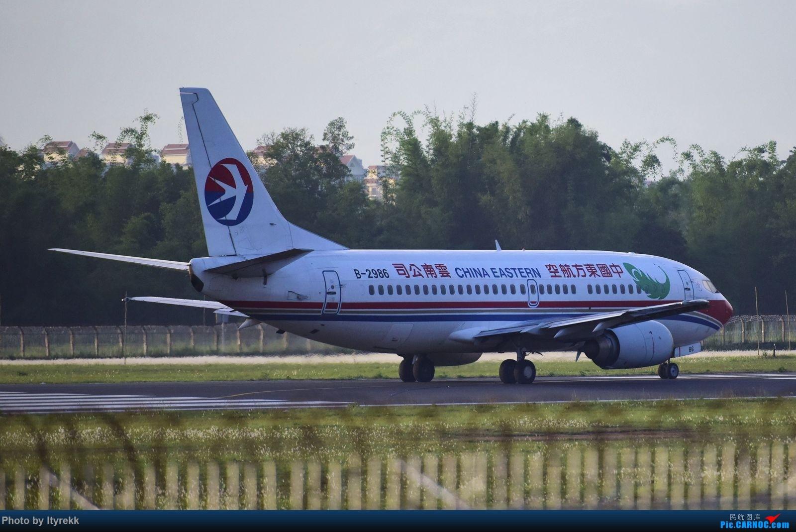 Re:[原创]发组图以怀念东航云南的功臣733(欢迎跟贴补图) BOEING 737-300 B-2986 中国芒市机场