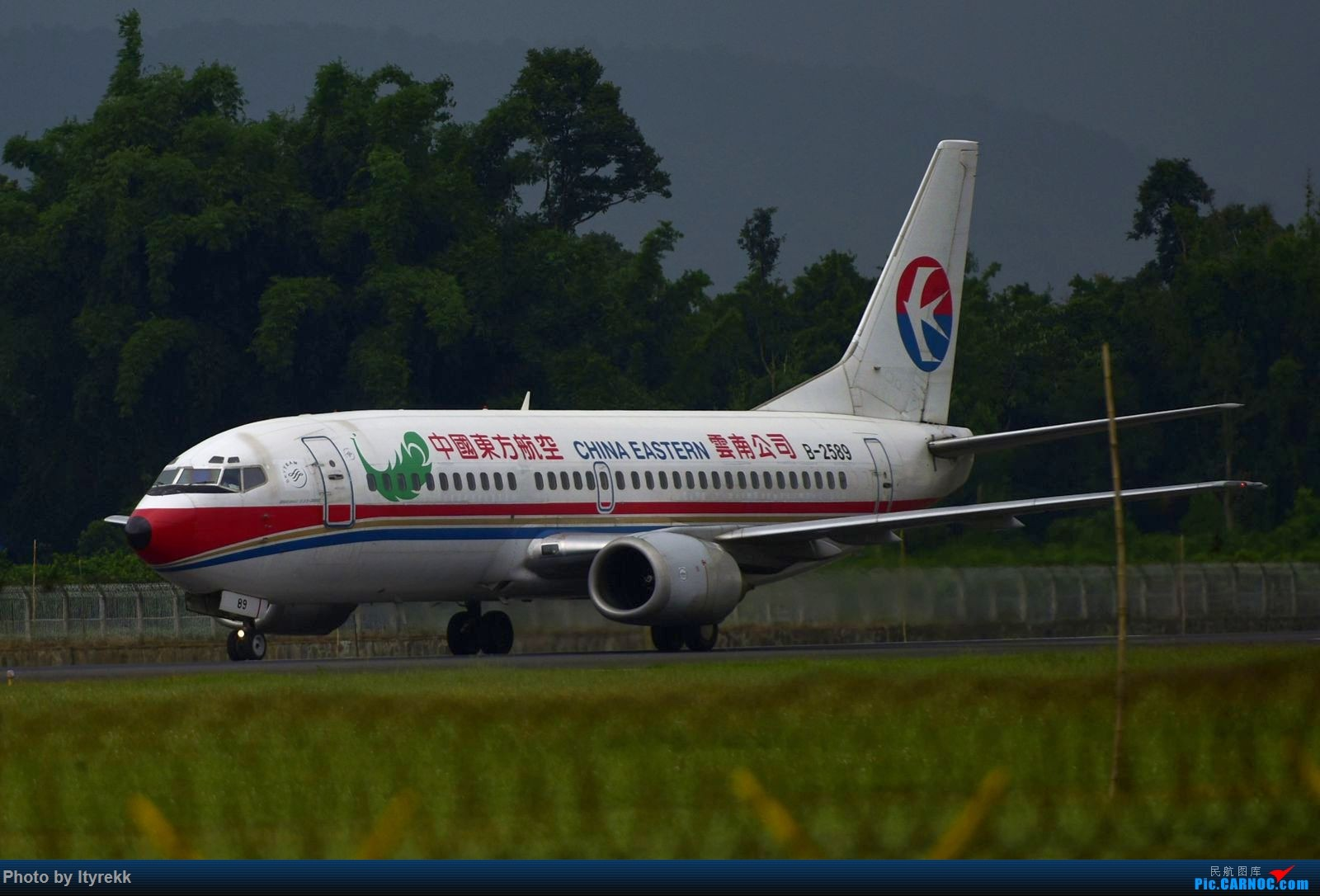Re:[原创]发组图以怀念东航云南的功臣733(欢迎跟贴补图) BOEING 737-300 B-2589 中国芒市机场