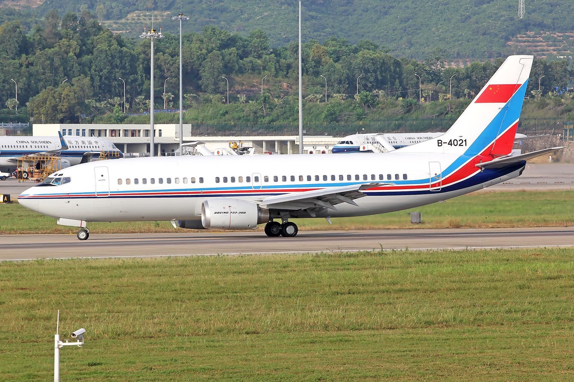 Re:[原创]。。。[SYX]北纬18°的三亚日记。。。 BOEING 737-300 B-4021 中国三亚凤凰国际机场
