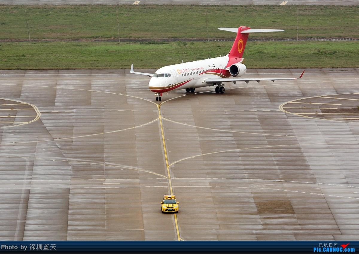 天气不太好,但ARJ21-700此次首飞深圳意义深远,这个角度看ARJ21-700线条优美!ARJ21型飞机是由中国商飞公司研发制造的78-90座级双发中短程客机,也是我国第一次完全自主设计并制造的支线客机。资料显示,ARJ21型飞机标准航程型满客航程为1200海里(2225公里),最大航程2000海里(3700公里),最大起飞重量40500千克。主要用于从中心城市往返周边城市的辐射型航线,并能适应西部高原高温机场起降和复杂航路越障营运要求。