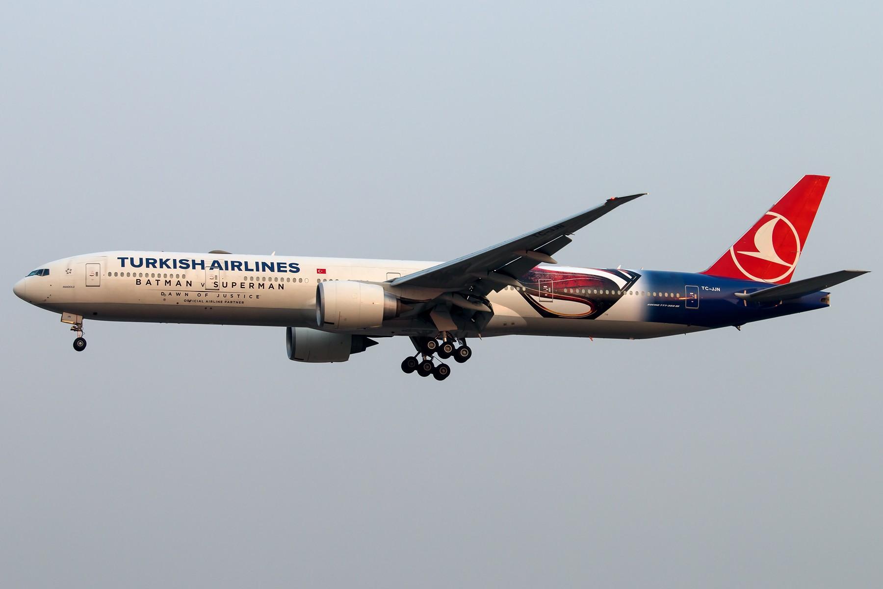 [原创][一图党] 烂天好货!土耳其航空 《蝙蝠侠大战超人:正义黎明》主题涂装彩绘机 1800*1200 BOEING 777-3F2(ER) TC-JJN 中国北京首都国际机场