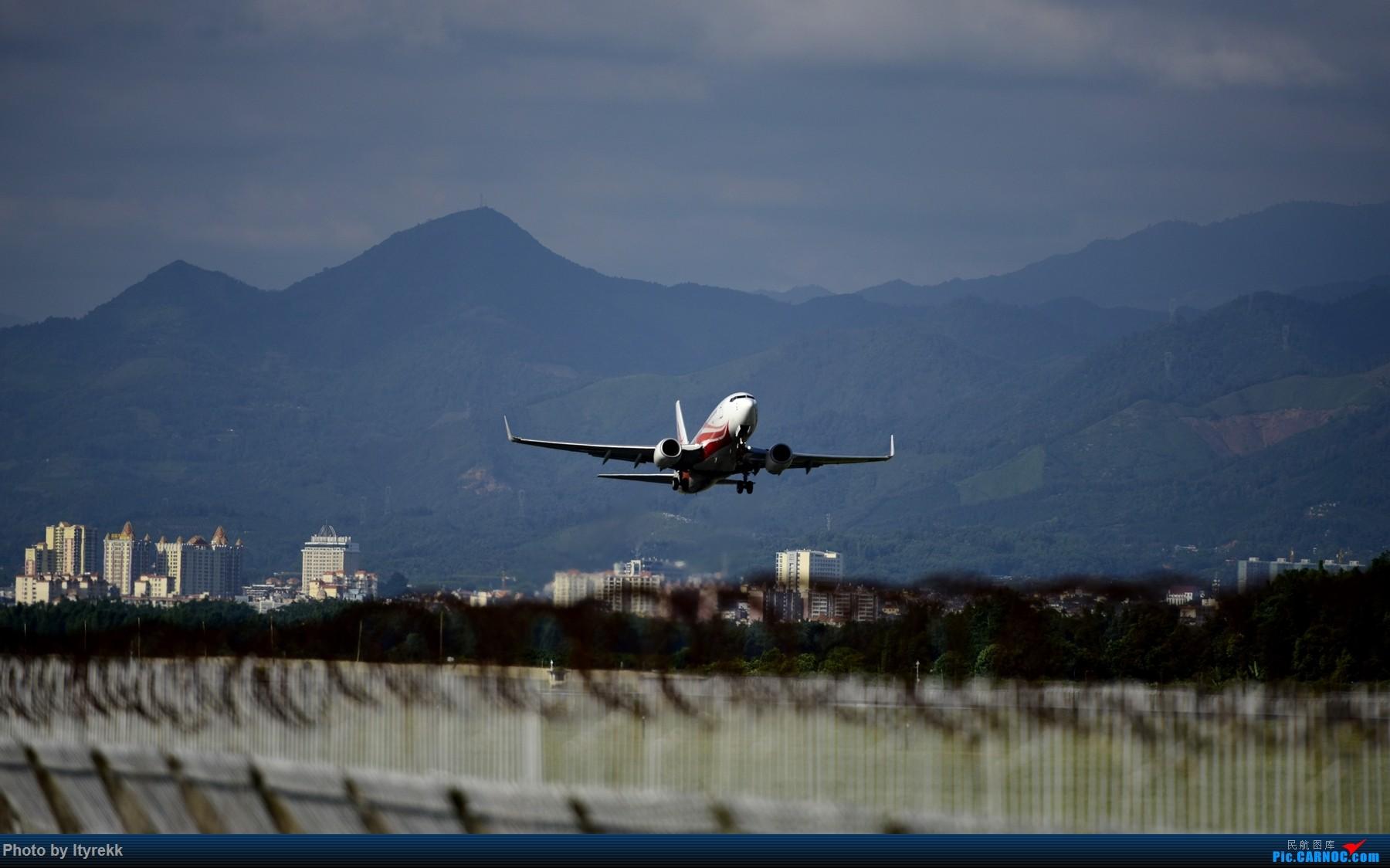 [原创]闲了好长时间,挖挖库存冒个泡 BOEING 737-700 B-5811 中国芒市机场