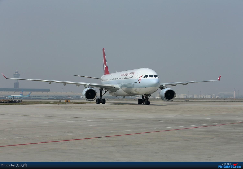 Re:[原创]香港港龙航空公司新涂装首航北京机组下机合影留念 AIRBUS A330-300 B-HYQ 中国北京首都国际机场