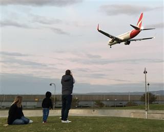 Re:澳洲拍机 A350-900 卡塔尔航空 摄于澳大利亚 ADL阿德莱德机场,附赠一张暖人的一家三口一起拍飞机