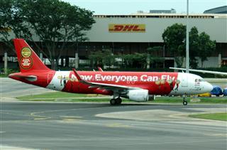 Re:新加坡樟宜机场 第一次拍到大地主家的350 另加两个亚航花机 卡片机的质量 大家凑合看