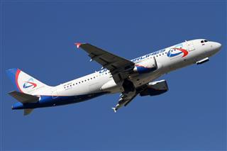 """BEK蓝天中的""""乌拉尔""""航空Airbus A320两图。"""