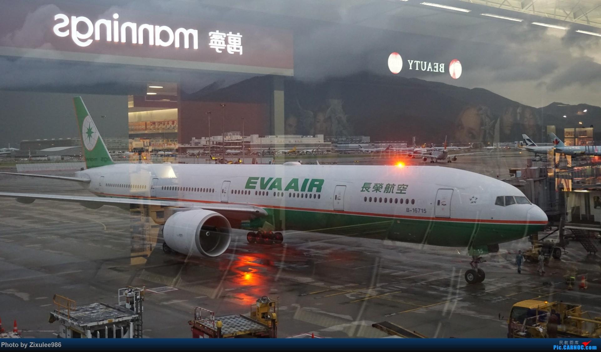 台湾长荣航空公司 B-16715 Boeing777-35E(ER)有闪灯,拍摄于HKG BOEING 777-35E(ER) B-16715 中国香港国际机场
