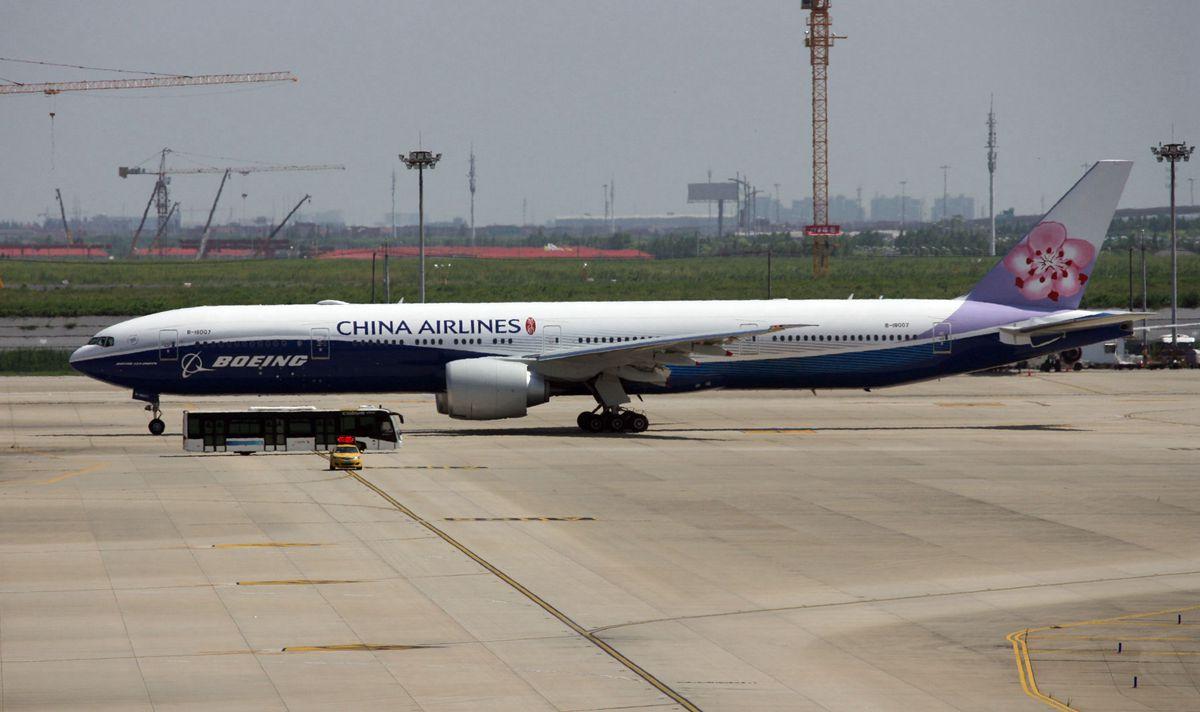 ZSPD的华航波音原厂涂装777-300ER BOEING 777-300ER B-18007 中国上海浦东国际机场
