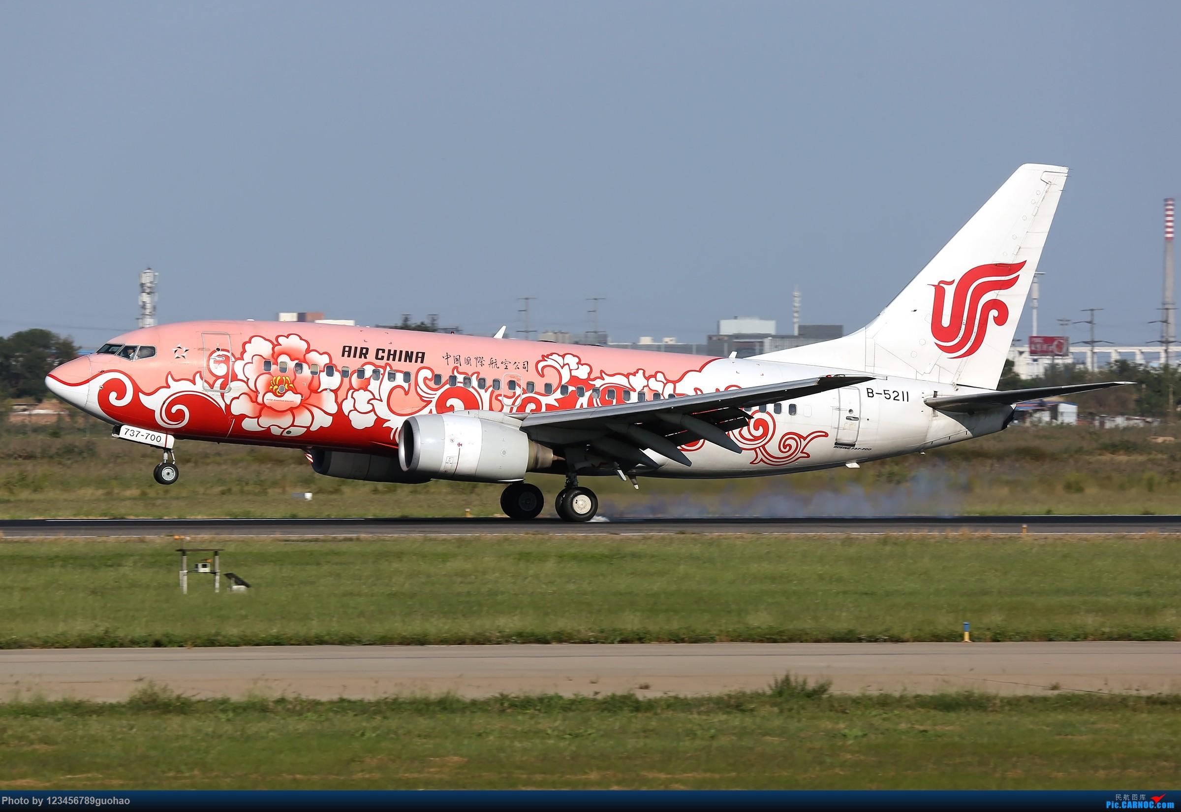 TSN多图-后脚着地 BOEING 737-700 B-5211 天津滨海国际机场