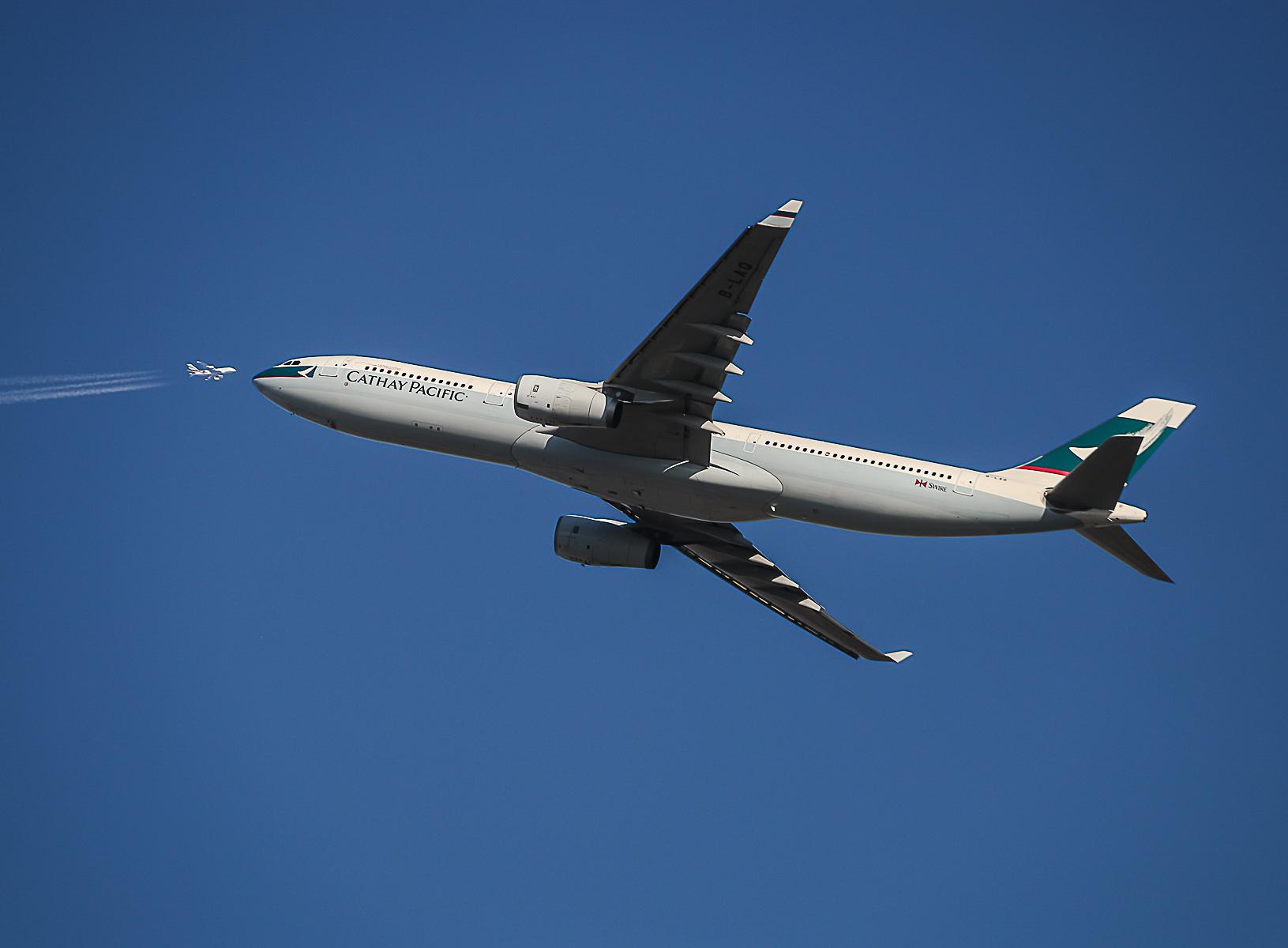 [原创]阿联酋保护动物380国泰333 空中接吻 AIRBUS A330-300 B-LAQ