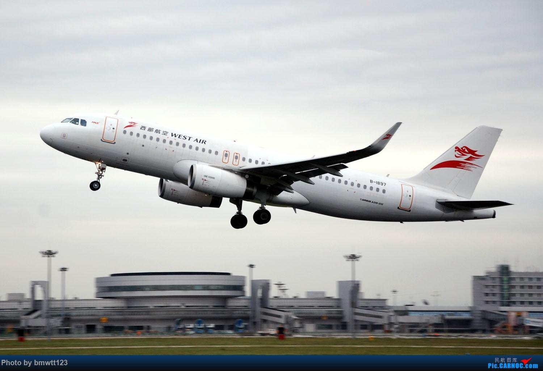 Re:[原创]【SHE沈阳】老片新发,小飞机与塔台合影一组! AIRBUS A320-200 B-1897 中国沈阳桃仙国际机场