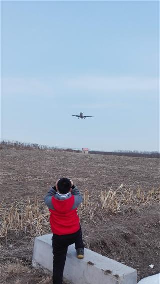 周末带小孩子来拍飞机