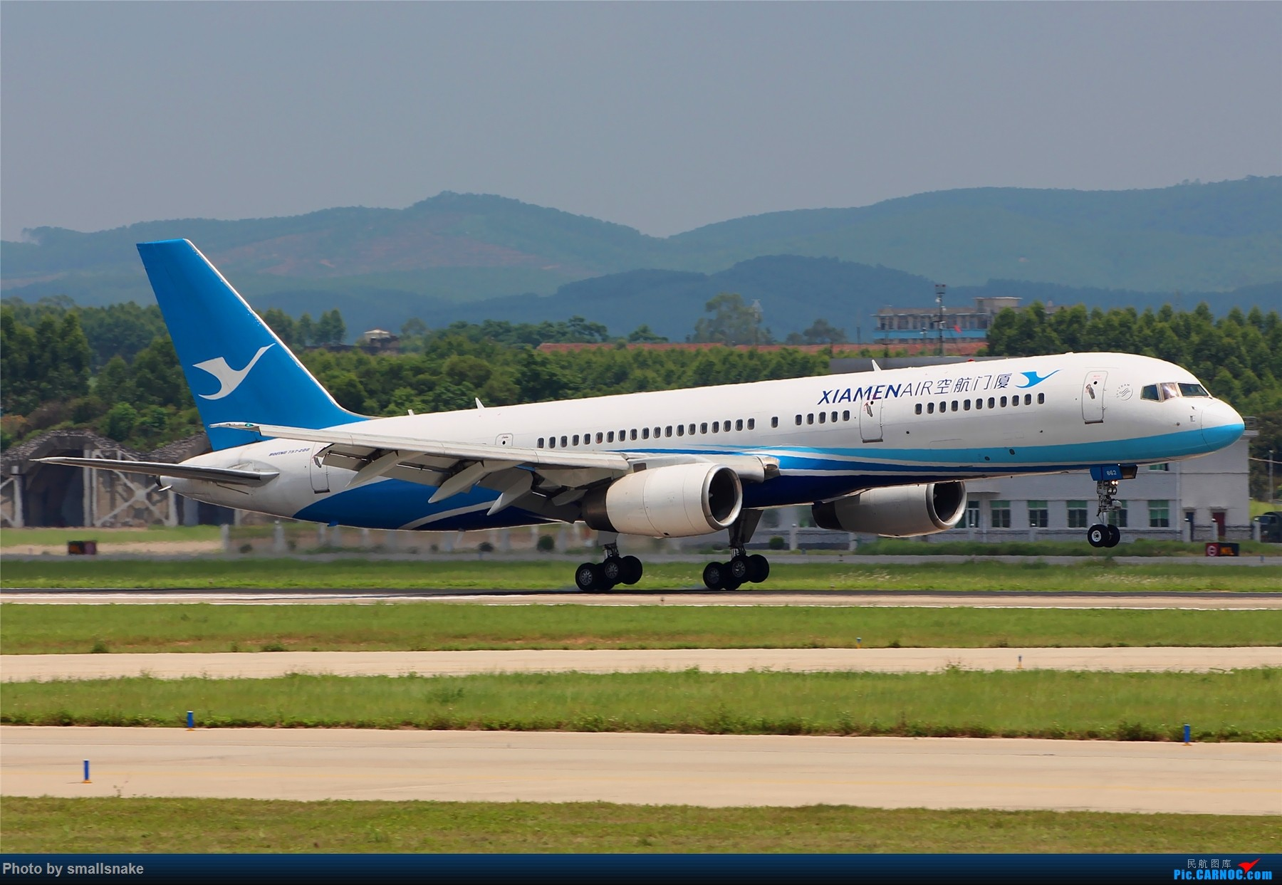 [原创]厦航757落地擦烟... BOEING 757-200 B-2862 南宁吴圩国际机场