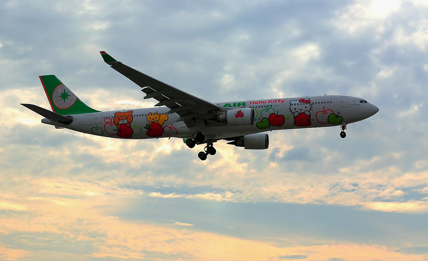 长荣老喵换新喵 AIRBUS A330-300 B-16332 中国上海虹桥国际机场