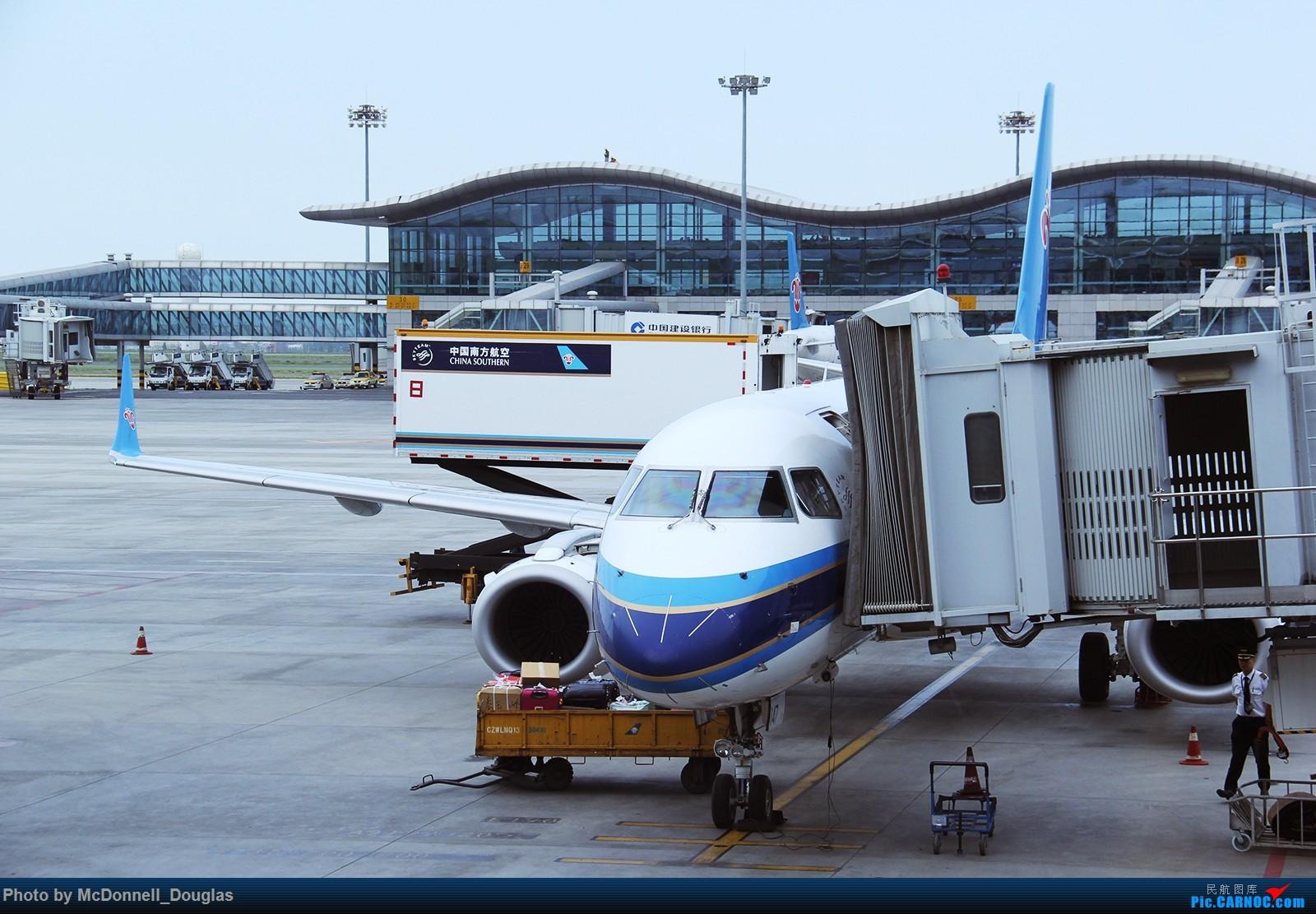 Re:[原创]【上海飞友会】【zc带你走天下(3)】再访祖辈年轻时工作的土地,父母年少时生活戈壁,跨越大半个中国去看新疆,回程小游蓉城(下) EMBRAER ERJ-190LR B-3147 中国乌鲁木齐地窝堡国际机场