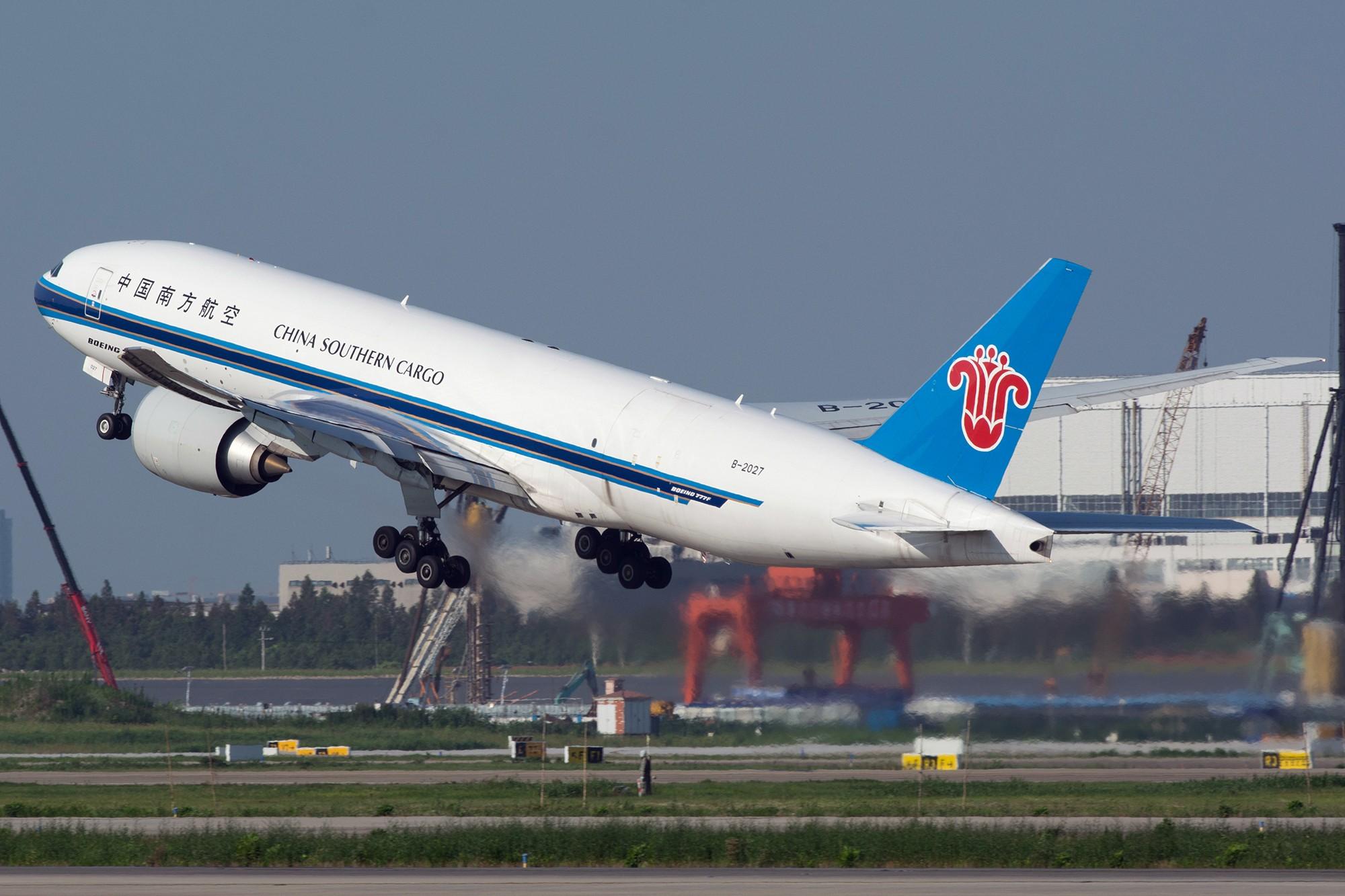 Re:[原创][PVG] 庆祝升级777,发一组777cargo Y(^_^)Y BOEING 777-200F B-2027 中国上海浦东国际机场